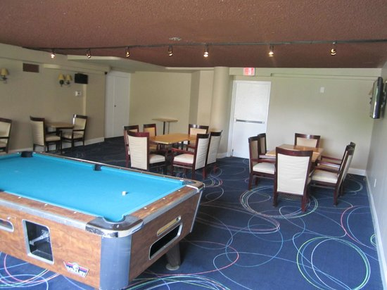 shooter 39 s sports bar grill picture of ramada whitehall. Black Bedroom Furniture Sets. Home Design Ideas