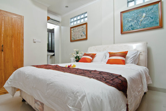 Kuta EcoStay Guest House: Deluxe room interior