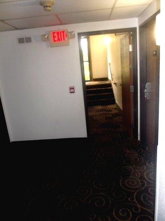 Super 8 Kent/Akron Area: Exit / Sortie latérale - 13 août 2013.