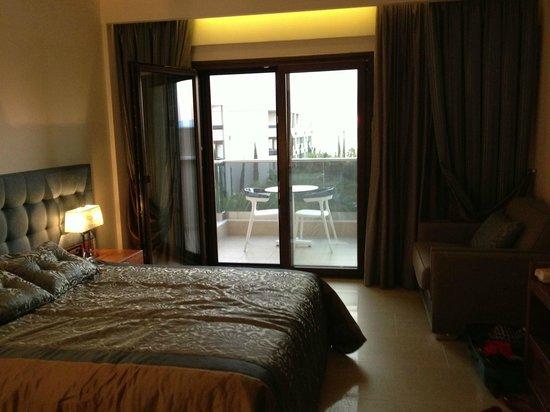 Pomegranate Wellness Spa Hotel: Bedroom and balcony