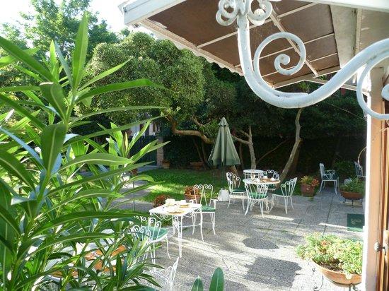 Hotel Villa Beatrice : Giardino con colazione all'aperto