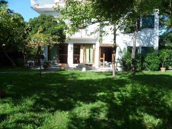 Hotel Villa Beatrice: Giardino con colazione all'aperto