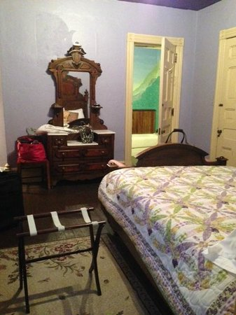 DeFeo's Manor B&B : Spacious, Comfy Room