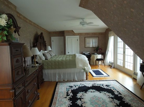 The Victorian on Sunset Hill: Sunrise room on the third floor with private deck