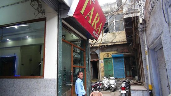 Hotel Tara Palace Chandni Chowk: Hotel front door