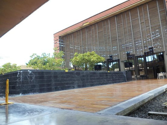 La Plaza Cuidad del Saber.: Fuente junto a comedor central.