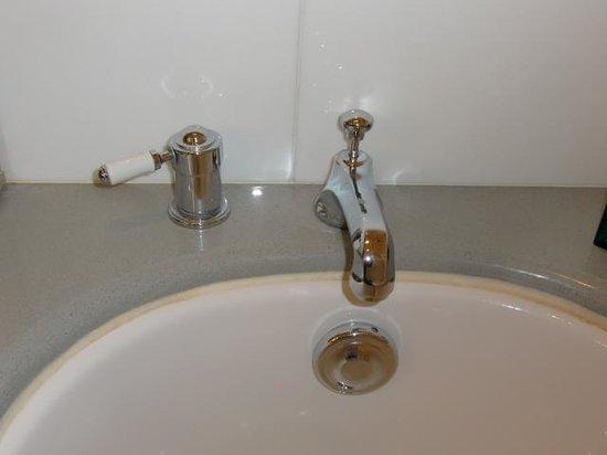 Hôtel Scribe Paris Opéra by Sofitel: 浴槽、蛇口の上のレバーを上に引けばシャワーに押し込めば蛇口から水が出ます。蛇口の下の丸い部分を回せば浴槽に水が張れたり抜けたりします。給湯温度の調節は左のレバーで行います。