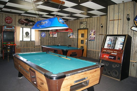 Leisure Life Resort: Pool tables by the bar