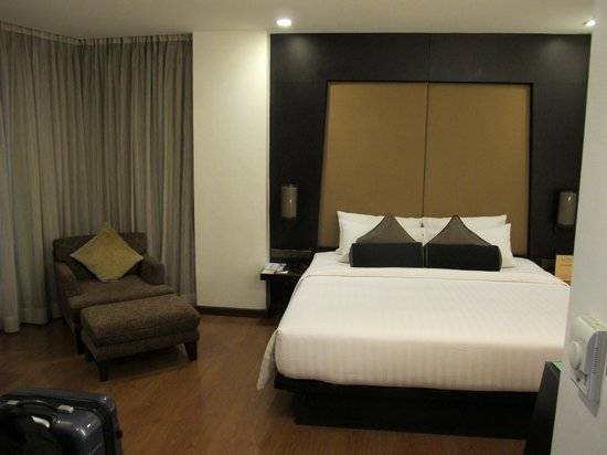 SilQ Bangkok Hotel: Good Size Bed