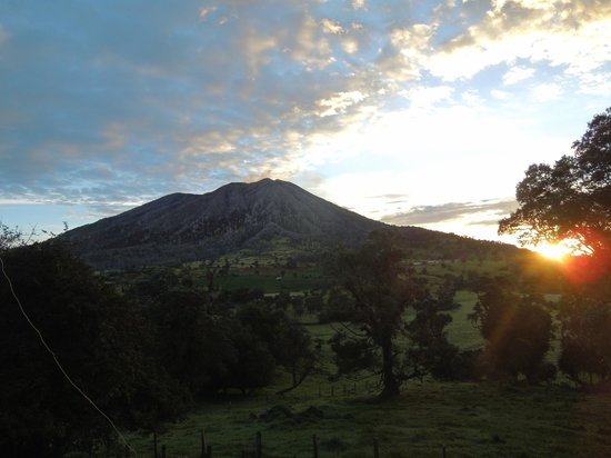 Volcan Turrialba Lodge : sunrise at the volcano