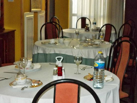 Hotel Jorge I: Uncleared tables at breakfast