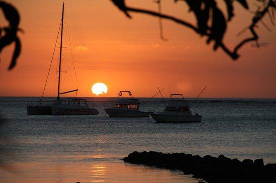 Paradis Beachcomber Golf Resort & Spa: Les couchers de soleil sur le lagon!!!!