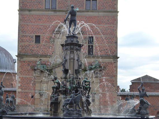 Frederiksborg Castle: Fountain at entrance to Fredericksborg Slot