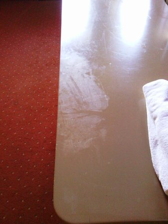 Royal Side Bungalows Hotel: dirt on furnitures