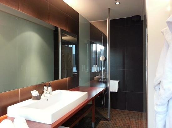GLO Hotel Kluuvi Helsinki: Bathroom with faux leather walls in the shower.