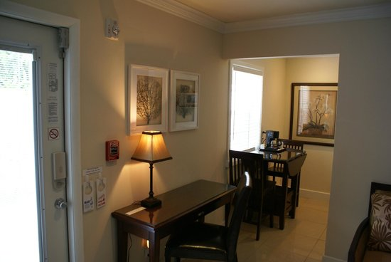 Island Sands Inn: Double Queen Suite - Desk & Dining area