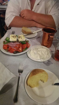 Davids: Greek salad, tzatsiki and bread