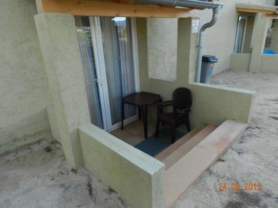 Club Santa Ponsa : l'accés à la chambre devant le jardin d'enfants et surtout la seule fenêtre