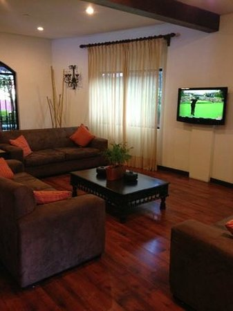 Courtyard Santo Domingo: The main lounge with HDTV