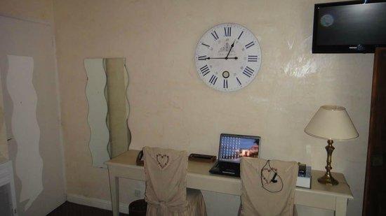Le Manoir de l'Antiquité  : Dans la chambre le bureau pour le laptop