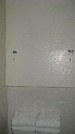 El Rey Inn & Suites : Missing Towel Bar/Rack