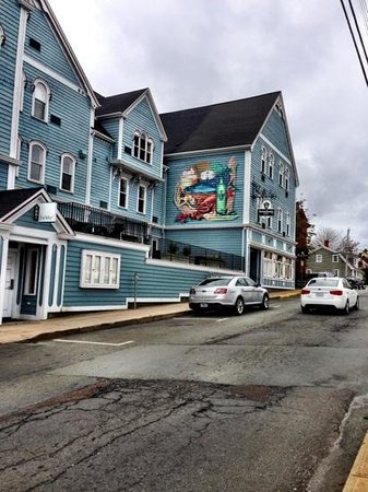 Lunenburg Arms Hotel: the hotel from the street