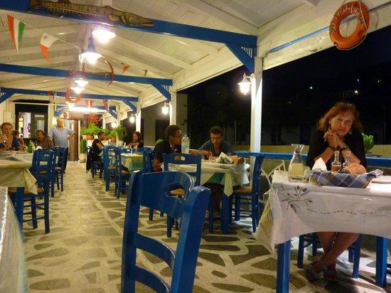 O Giakoumis: Taverna at night