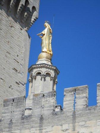 Cathédrale Notre-Dame-des-Doms : The statue on western tower