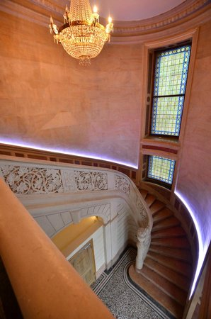 Château Sainte Sabine : the funky staircase