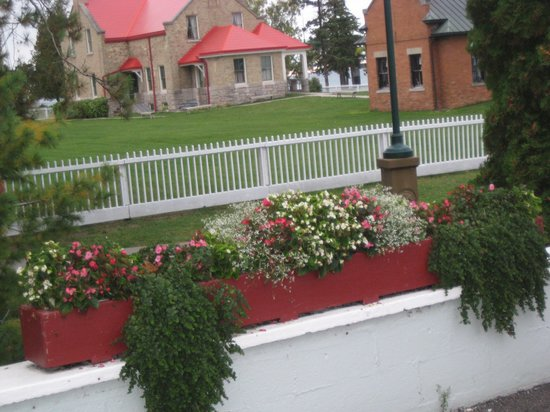 Riviera Motel: flower boxes at back near state park
