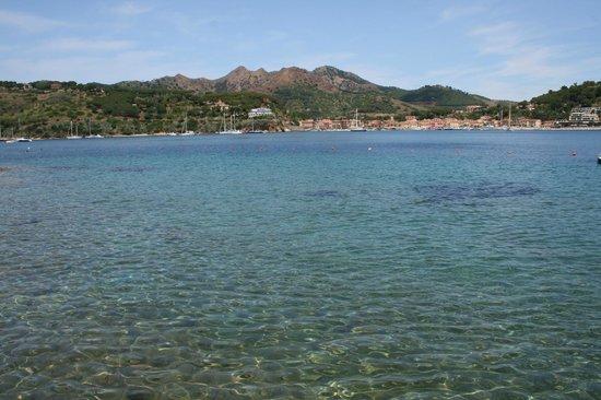 Grand Hotel Elba International: mare e Porto Azzurro visto dalla spiaggia privata
