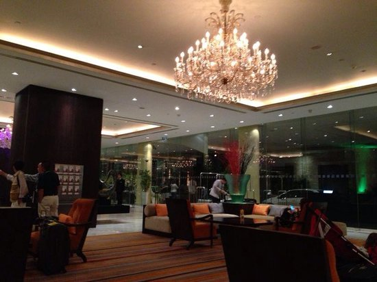Holiday Inn Silom - Crown Tower: Love the chandelier