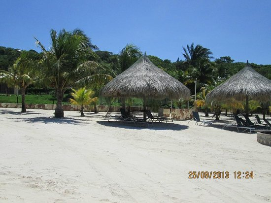 Palm Beach Roatan: Free chairs and washrooms
