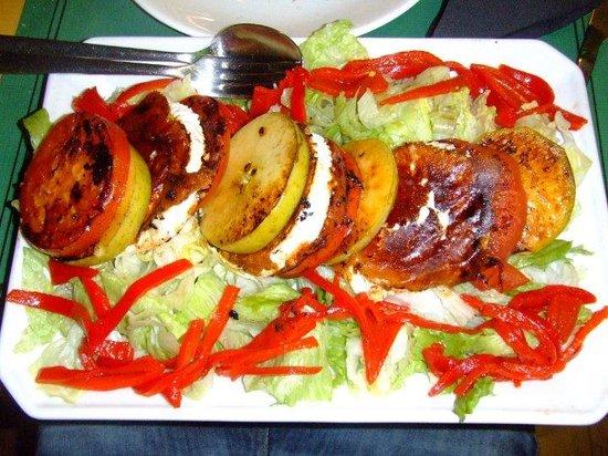 Meson o alen: Ensalada de pimientos, manzanas y queso de cabra