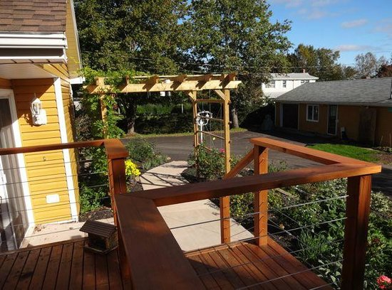 Dewars Montague Bed and Breakfast: Deck & Pergola