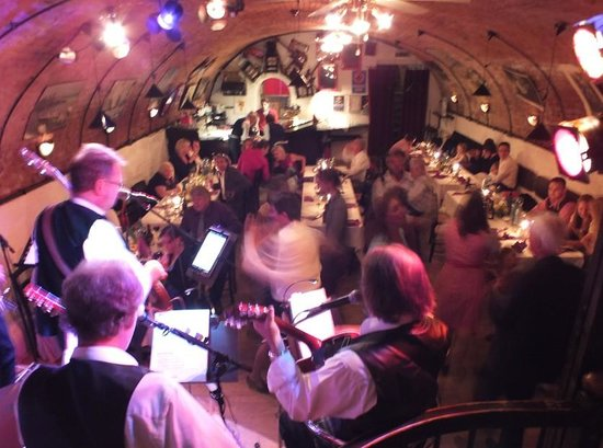 Adlerkeller: 5 köpfige Band, ca. 50 Leute, tolle Stimmung