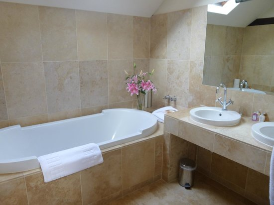 Byfords : Lovely bathroom with fresh flowers