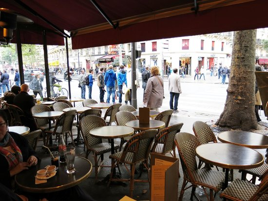 Le Lutece: Typical Parisian outdoor seating. Street traffic is heavy and loud.