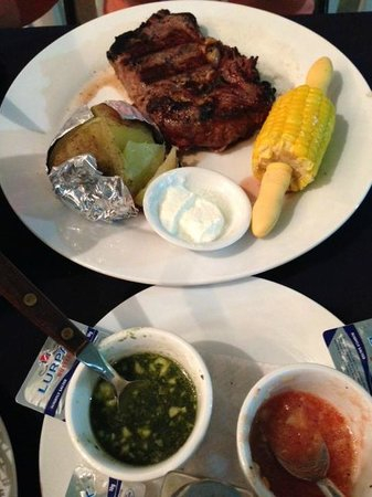 Carlos' Steak House: Plato y chimichurri