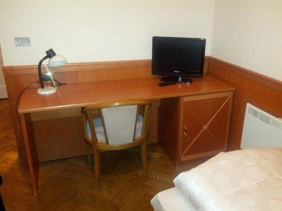 Hotel Jarolim : Scrittoio in camera (mobile più moderno della camera!)