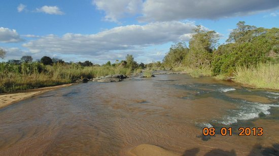 Londolozi Varty Camp: Crossing the Sand River on a drive