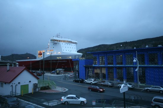 Murray Premises Hotel: Brand new ship had just arrived from our window
