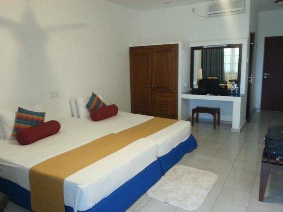 Catamaran Beach Hotel: Room