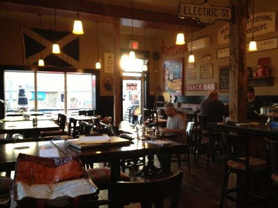 The Albert and Crown Pub and Eatery: Quaint pub-style seating