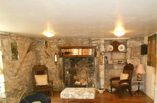 Duntroon Bed and Breakfast: Cozy fireplace