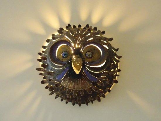 Casa Kalfu: Um mimo da sala de convivência - uma lamparina em forma de coruja