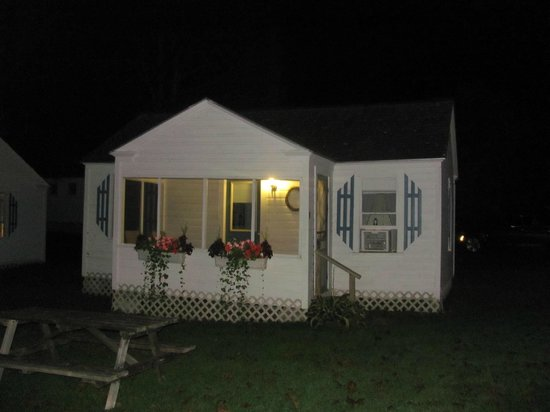 Bar Harbor Cottages and Suites: Our Cottage and night!!!