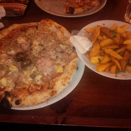 Amigos Pizza: Pizza and chips