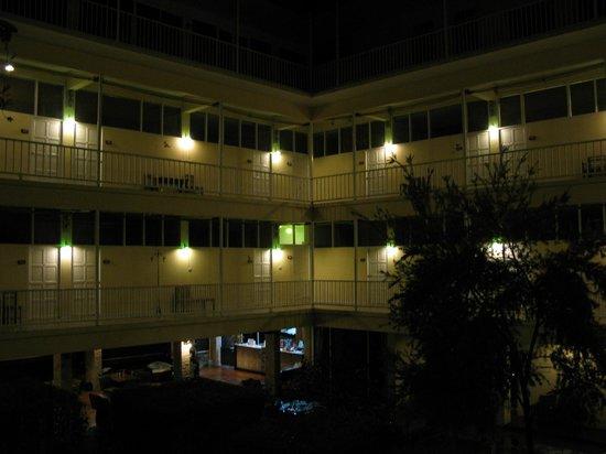 Feung Nakorn Balcony Rooms & Cafe: Feung Nakorn @ night.