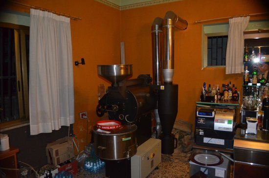Marina di Caulonia, Taliansko: Coffee bean roasting machine tucked in the corner of the shop